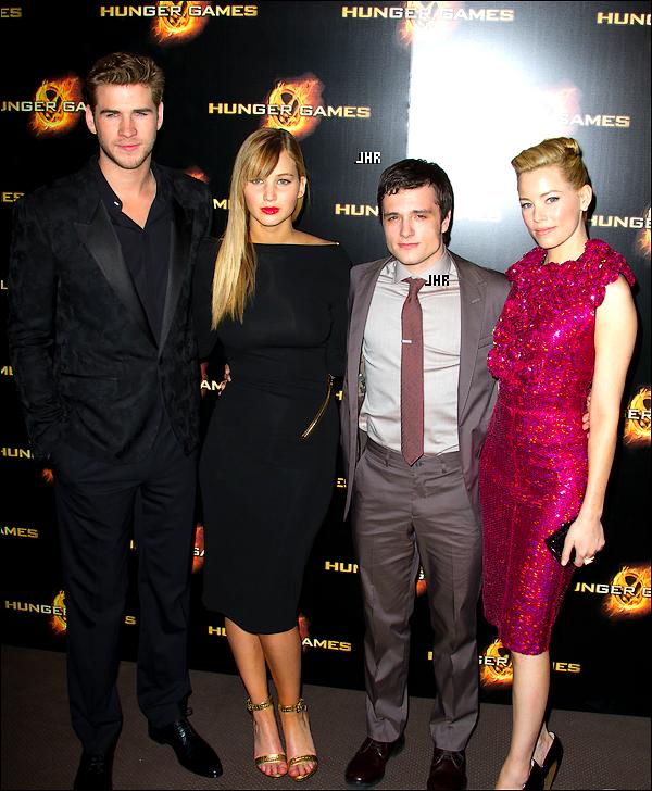 """15/03/12 : Notre petit Josh s'est rendu à """" The Hunger Games Paris Premiere + 16/03/12 : Josh à """" The Hunger Games Germany Premiere """" .TOP ou FLOP ? Perso j'aime bien la photo ou il fait coucou."""