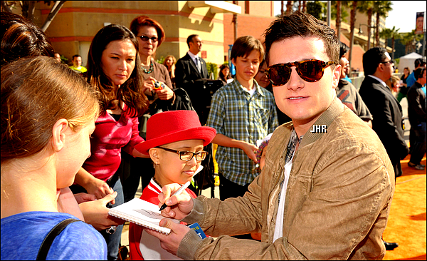 31/03/12 : Joshua s'est rendue aux Kids Choice Award avec Selena Gomez. TOP ou FLOP ?