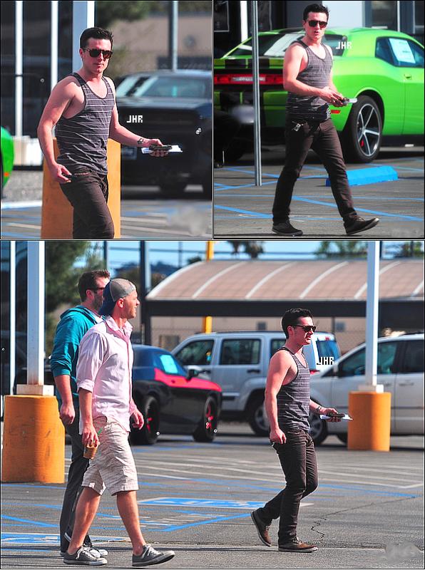 03/04/12 : Josh se promène dans les rues de Los Angeles avec 2 amis. TOP ou FLOP ? + Josh s'est fait un tatouage : Info ou Intox ?