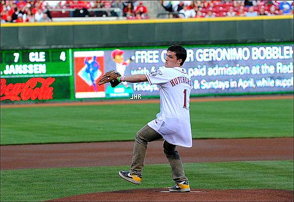 07/04/12 :On retrouve notre Joshua au match de Baseball des Cincinnati Reds + le 05/04/12 : Josh sort en pleine conversation téléphonique dans Sunset Boulvard + Il pose pour des photos avec des fans.