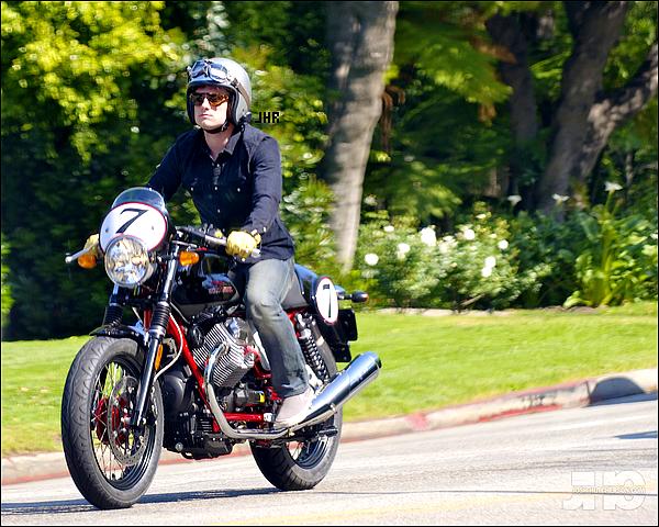 11/04/12 : Hier, Josh a été vu sur sa magnifique moto, ça y est il est revenu à Los Angeles ! TOP ou FLOP ?