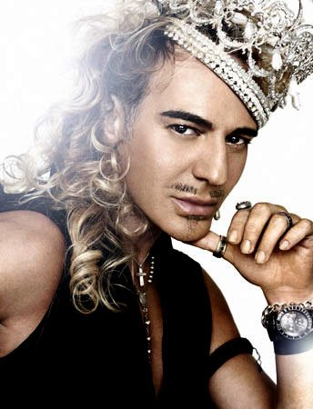 John Galliano suspendu par le groupe LVMH.