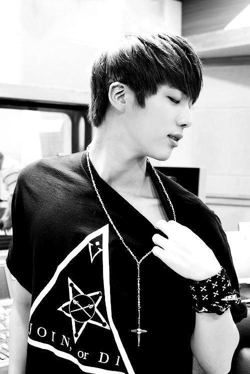 ne le rejetez pas ces pas sa faute si il est comme il est on l'aime comme sa Jin