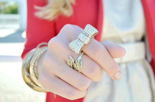 rose , tenue , bijoux