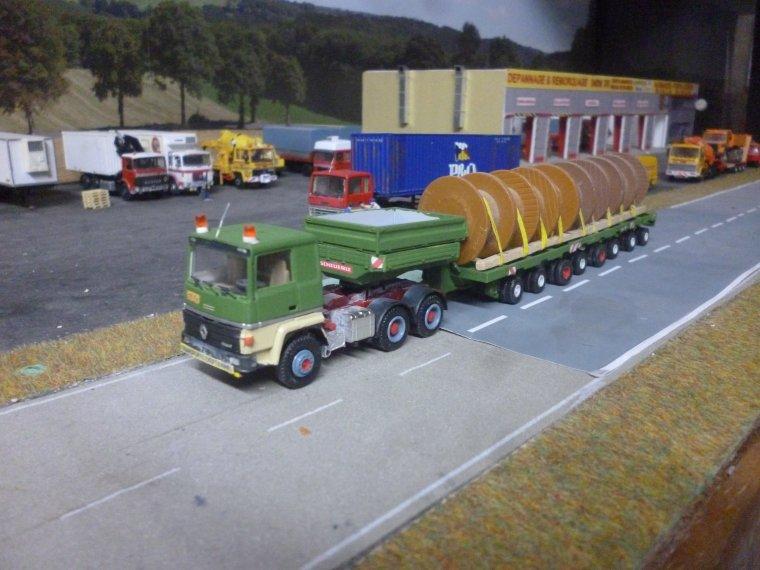 salut mes amis un petit peu dfe temps pour bricoler mes camions le 1 est un r 360 de la stag pour jacky avec une 8 lignes nicolas
