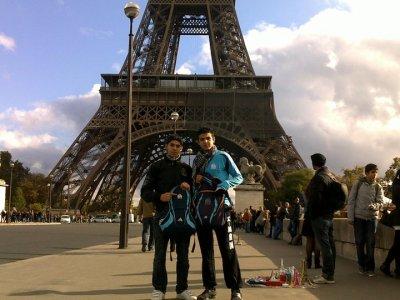 sou la tour Eiffel, deux frère marseillais :D