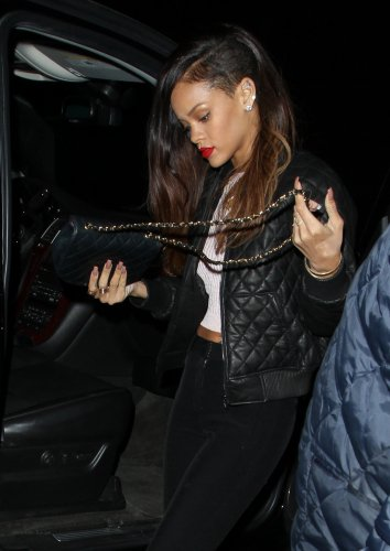 "10 JANVIER ~ RIHANNA ARRIVE AU CLUB ""ROXBURY"" À LOS ANGELES"