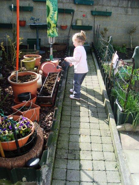 lola en mode jardinage