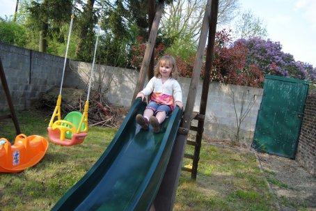 lola joue au jardin