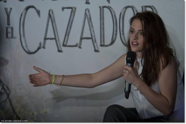 """APPARITON :19.05.12 : Kris, était à la conférence de presse pour son film """"Blanche Neige et le Chasseur"""" à Mexico."""