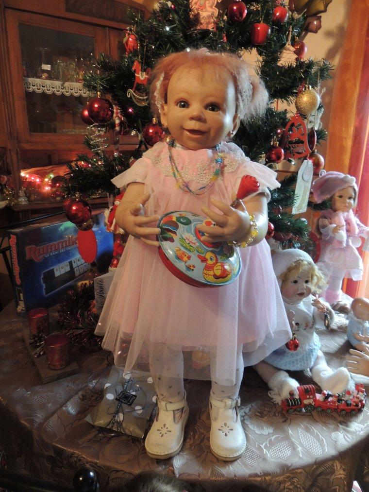 fifi a eu aussi un cadeau  une toupie et une jolie robe de petite fille !!!!!!