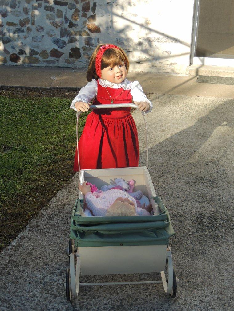 Prune promene sa poupée en landau le printemps est là avec les premiers rayons de soleil