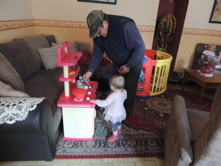 lylou a decouvert sa cuisinette avec papy