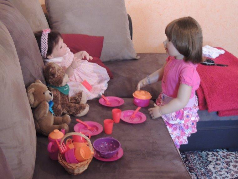 Prune et Emeline jouent à la dînette