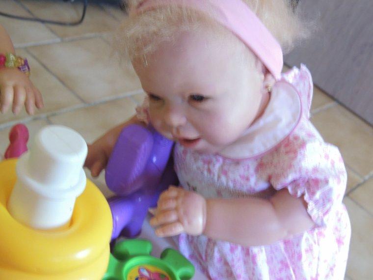 les filles jouent dedans avec les jouets de lylou