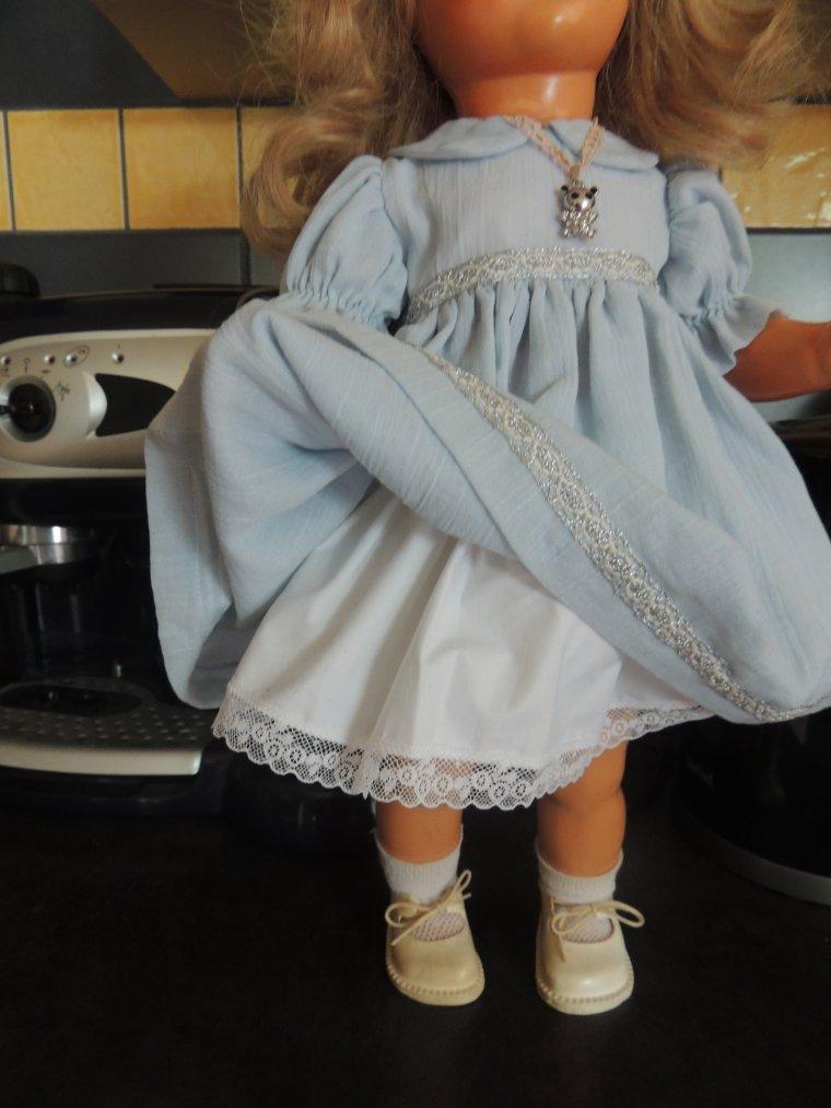 nadine a reçu sa jolie robe de la même couleur que son manteau comme je voulais, elle a eu aussi un jupon et une culotte