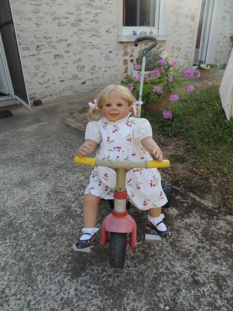 émeline sur son petit vélo