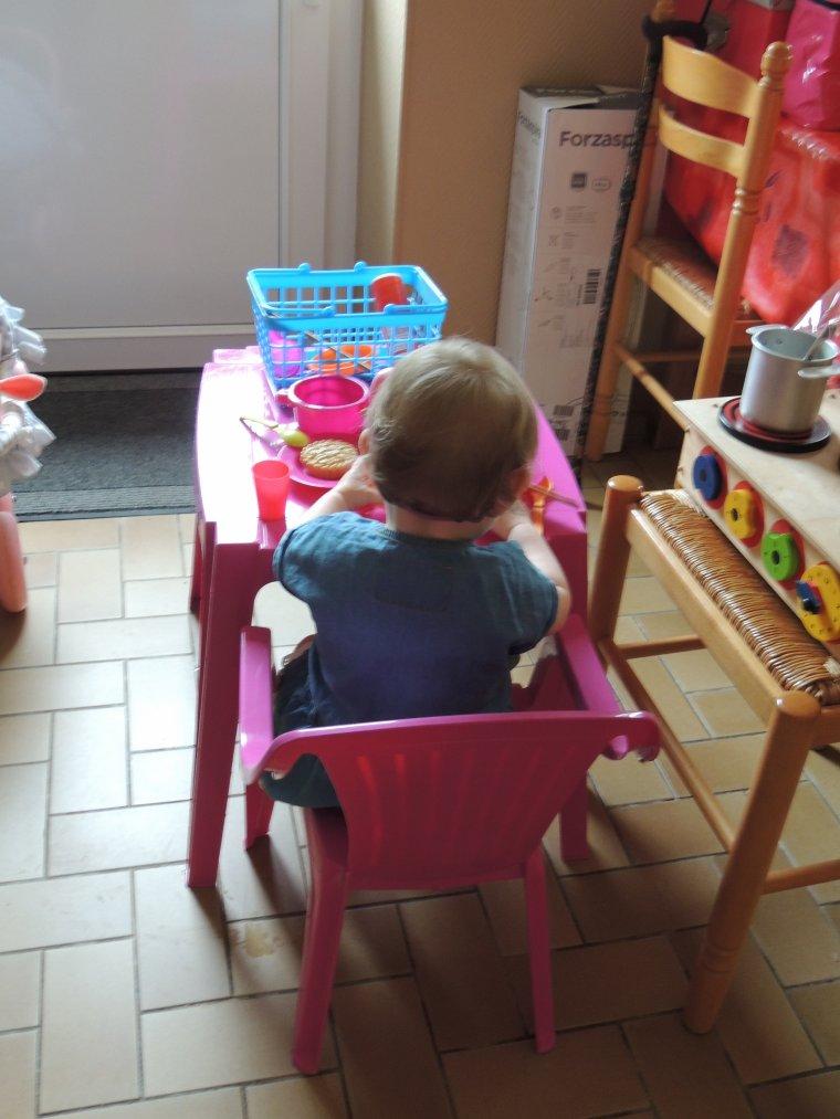notre petite fille joue a la dînette
