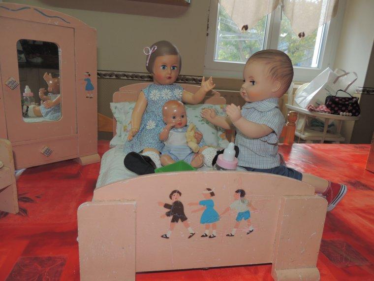 françoise et françois dans leur chambre avec bébé juanin