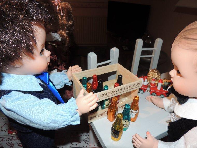 les garçons que faites vous?? on a trouve des bouteilles hummm ça a l air bon!!!