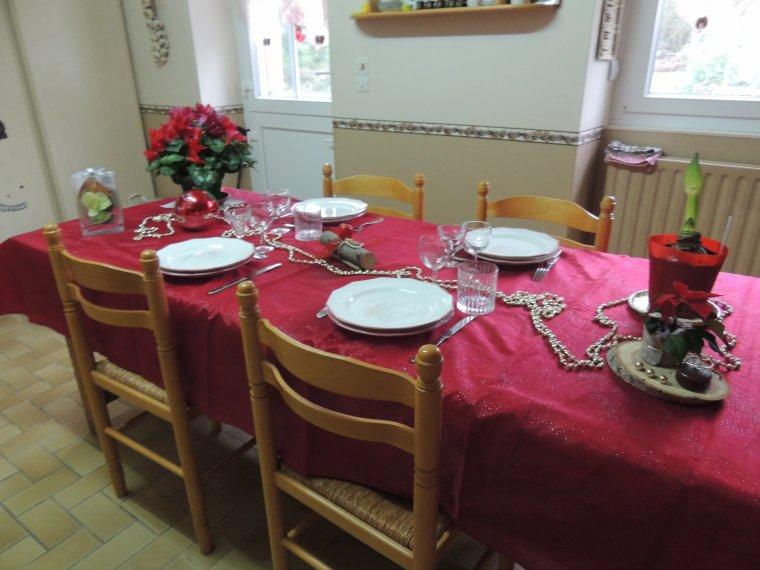 ma table de noêl avec les jolies fleurs offertes  par mes amies et maman
