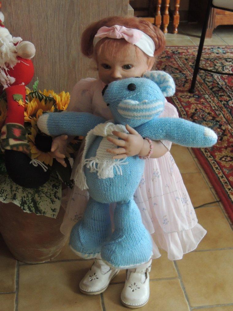 fifi en fille avec sa jolie robe et son nours