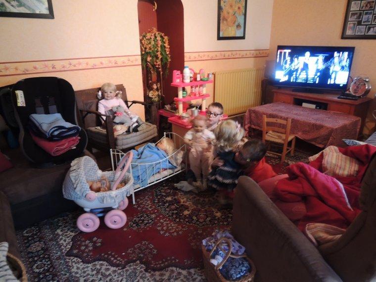 installation des p'tits loups pendant les vacances , zon envahi la salon lololol......