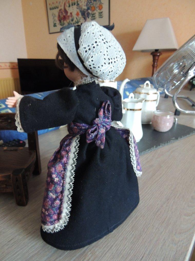 un cadeau d une amie un petite chaise  sarthoise et une petit colin habillee de l habit sarthois