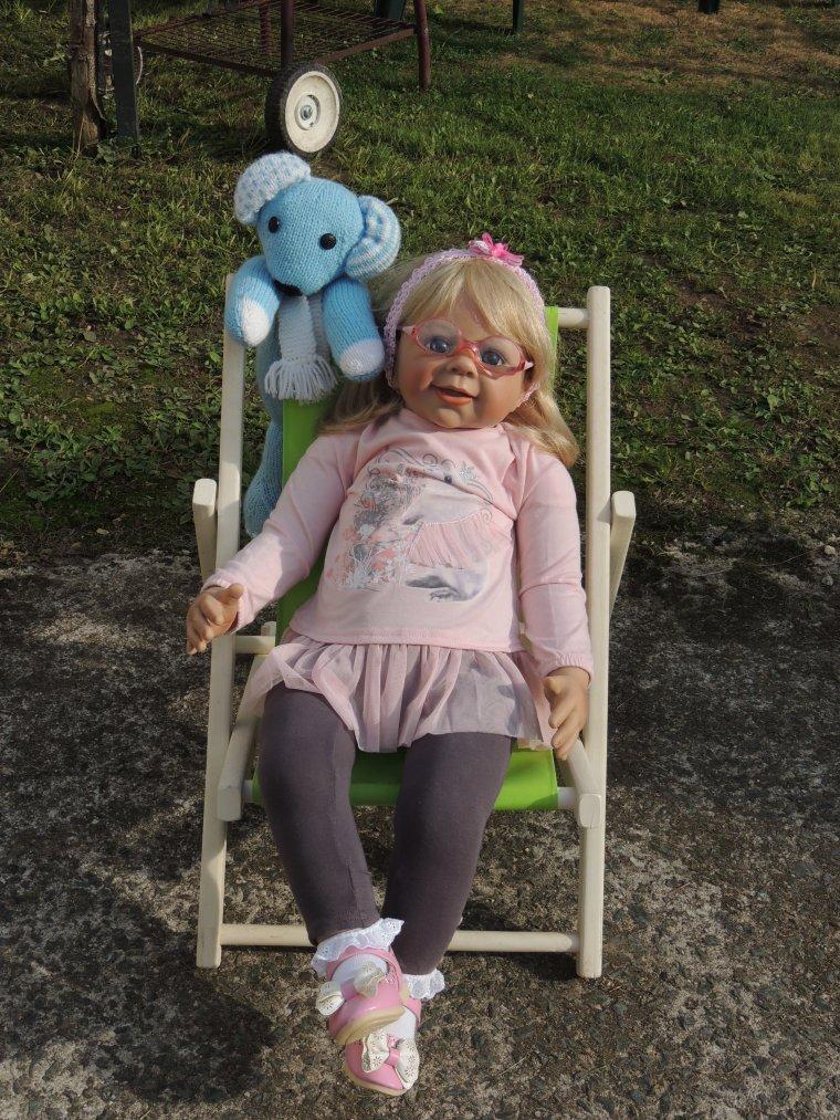 Melanie et sa jolie chaise longue offerte par tata chanchan