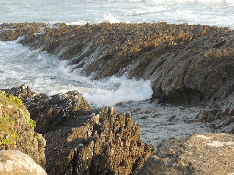 la mer  au pied des petites falaises de Malachappe dans le finistere