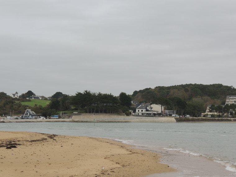 petit port et plage du Pouldu  dans le finistere