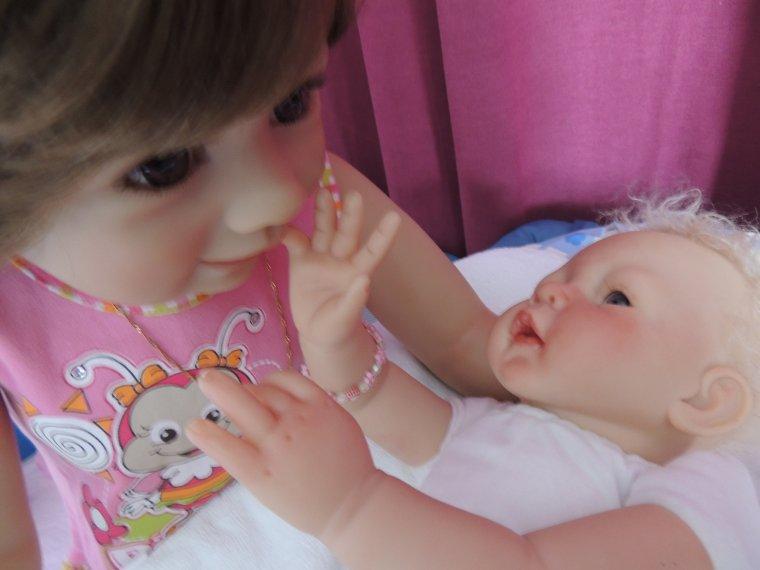 petits moments tendresse avec petite maman et bébé