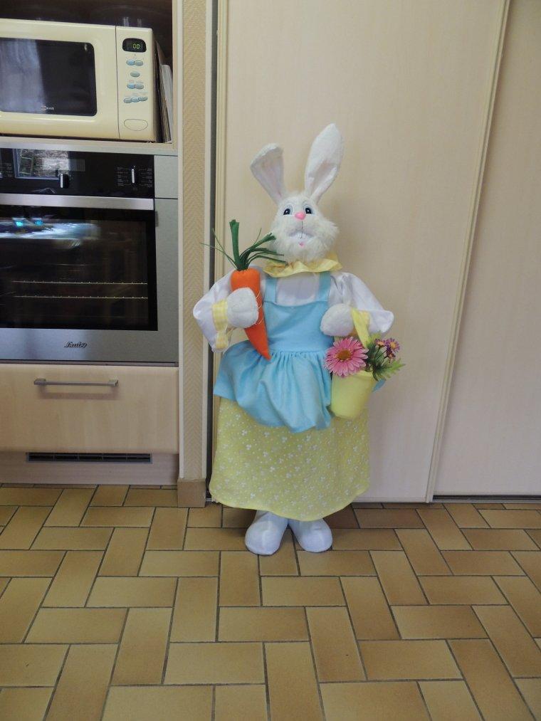 une surprise ce jour offert par une amie  .une jolie lapinette de 1m10