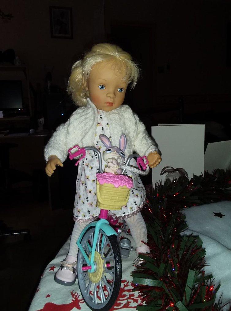 Ava est venue avec son vélo voir le village du père noël