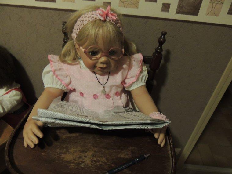 Mélanie lit le journal avec attention !!