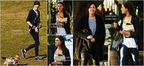 • CANDIDS - Le 23/06/2015, Phoebe était en promenade avec sa chienne Lola à Sydney... Puis avec une amie