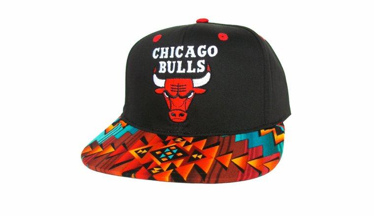 Casquette Chicago Bulls Customisee avec un Tissu Imprime Azteque et dessous en Cuir Noir - Snapback Officielle NBA - EDITION LIMITEE