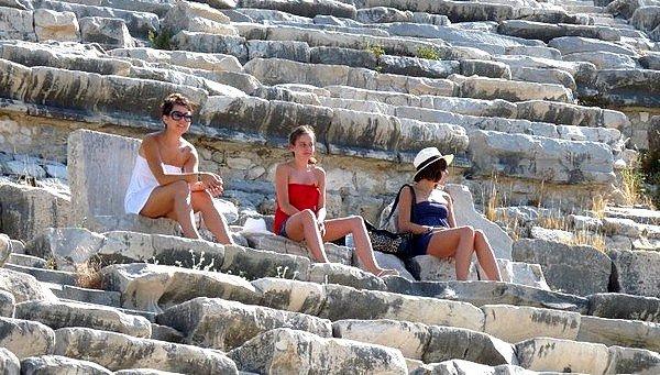 Faut l'avouer,  on aurait pu tomber sur pire ! ®. Photo : Moi, Aude et Marie au théâtre de Milet en Turquie. Listen » Here.
