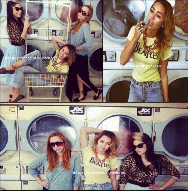 En compagnie de sa demi-s½ur Brandi Cyrus et Denika, Miley s'est rendue dans une laverie automatique à Los Angeles.