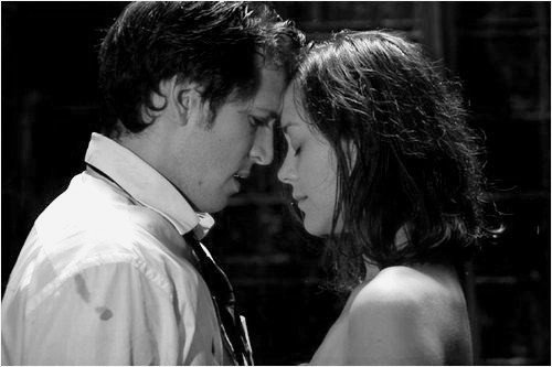Certains disent que l'amour est une rivière... d'autres une chanson idiote... Certains disent qu'il est partout autour de nous... cela nous conduit où nous appartenons... Certains disent que c'est un rire sous la pluie... mais dans l'Upper East Side nous savons tous que l'amour, c'est la douleur.