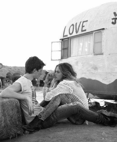 J'étais amoureuse et je t'aimais . Ce n'est pas parce qu'on n'est plus ensembles que tout est effacé .