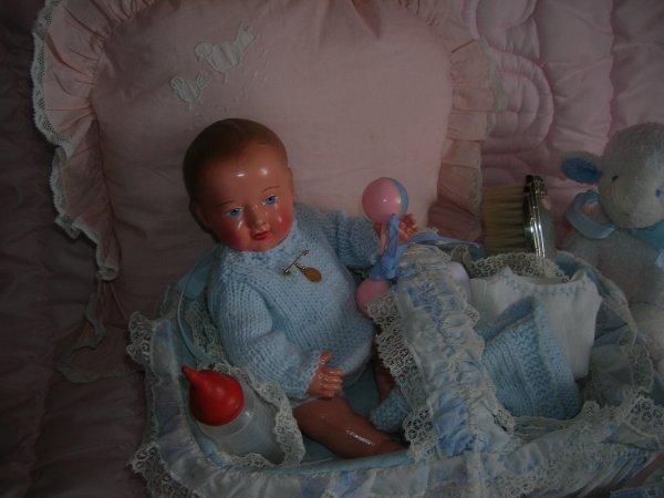 Bébé Victor et son panier de toilette....