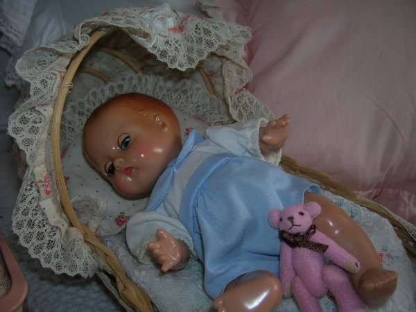 Bébé Patsy Babyette d'Effanbee et son berceau....;