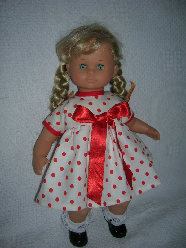 Cécile en  robe bleue et en robe  à pois.....
