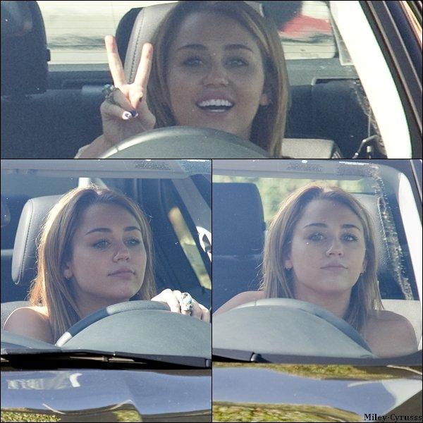 Ce mardi 9 août 2011, Miley a été vue dans sa voiture à West Hollywood.