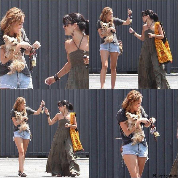 Ce vendredi 12 août 2011, Miley se promenait avec une amie à Beverly Hills.