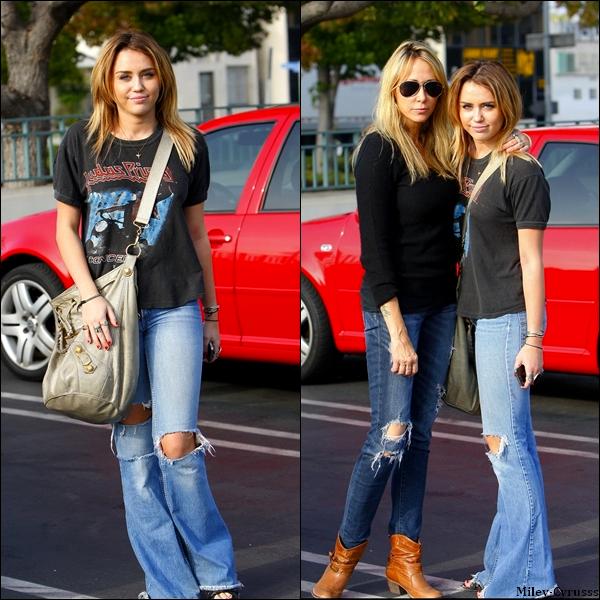 """20/10/2011 : Miley et sa mère ( Tish ) on été vues arrivant et quittant la boutique de déco """" H.D. Buttercup """", à Los Angeles."""