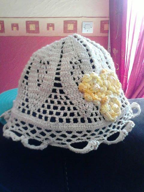 bonnet creme a fleur jaune