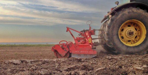 Evrard a la préparation des terres a mais !!