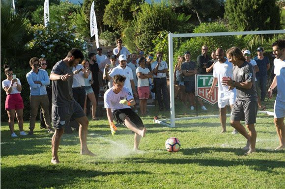 Martin Garrix s'exerce au football avec David Guetta